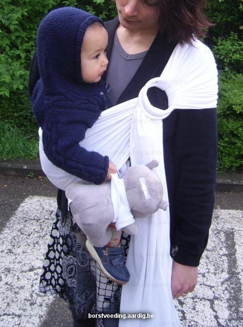 Baby in draagdoek bij mama